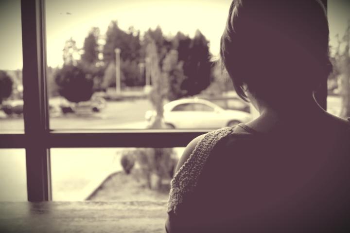 una-donna-osserva-fuori-dalla-finestra-maxw-1280